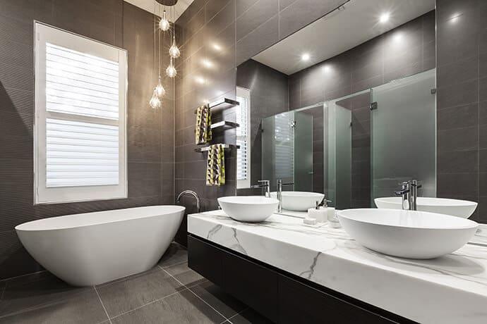 Phòng tắm có tàu chìm trên đá cẩm thạch trắng sang trọng, tạo cảm giác thiền định riêng biệt. Các thiết bị chiếu sáng thả xuống từ trần nhà về phía bồn tắm với ánh sáng mùa thu dịu nhẹ.