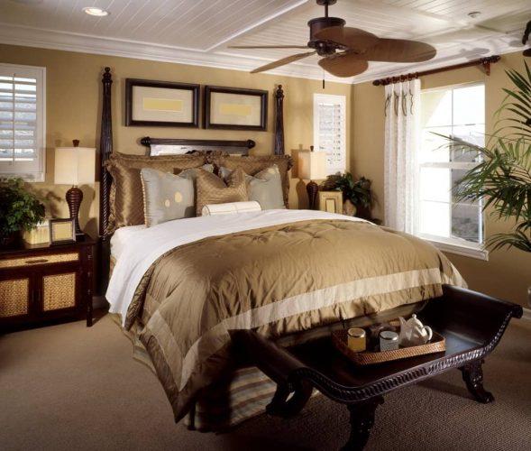 Phòng ngủ chính nhiệt đới tự hào có một chiếc giường sang trọng và băng ghế trên thảm trải sàn. Nó bao gồm một quạt trần và đầu giường bằng gỗ đứng đầu với đèn bàn kiểu dáng đẹp.