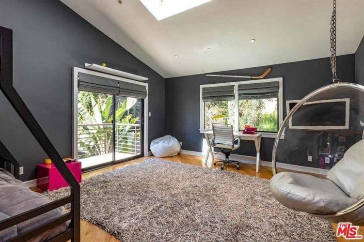 Phòng ngủ này có những bức tường màu đen tương phản với trần nhà màu trắng sáng với giếng trời. Những bức tường màu đen cũng làm cho đồ nội thất màu trắng nổi bật cùng với khung của cửa sổ và cửa ra vào.