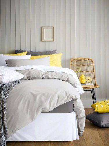 Ghế được sử dụng làm đầu giường trong phòng ngủ