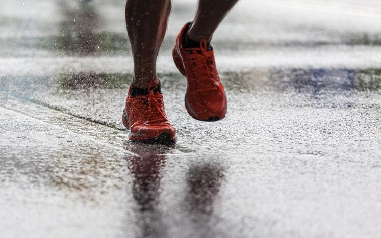 Vải tổng hợp có các cạnh trên tự nhiên khi nói đến việc giữ cho bàn chân của bạn khô ráo