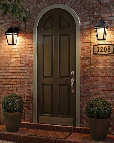 Cửa trước với hai đèn treo tường.