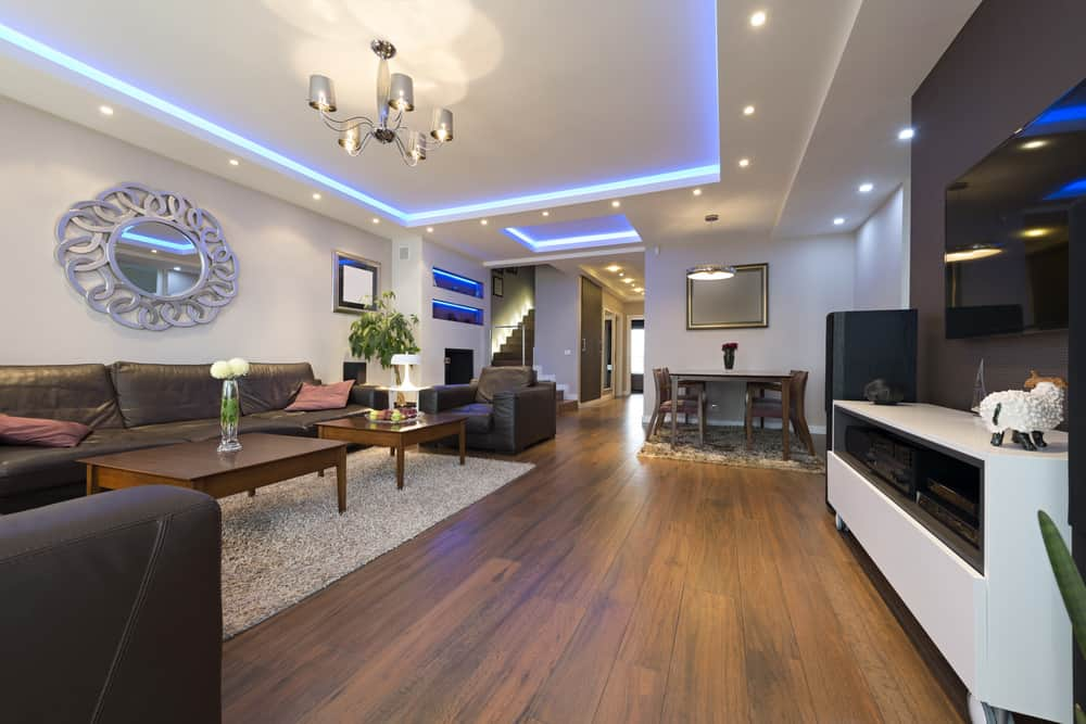 Phòng khách có đèn trần LED