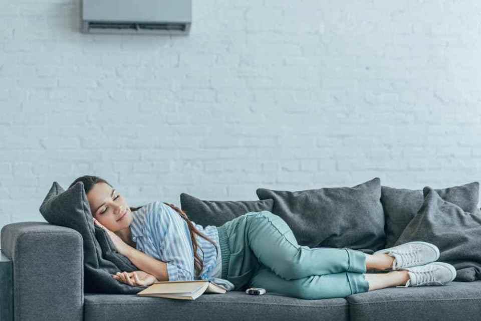 quý bà ngủ trên ghế sofa