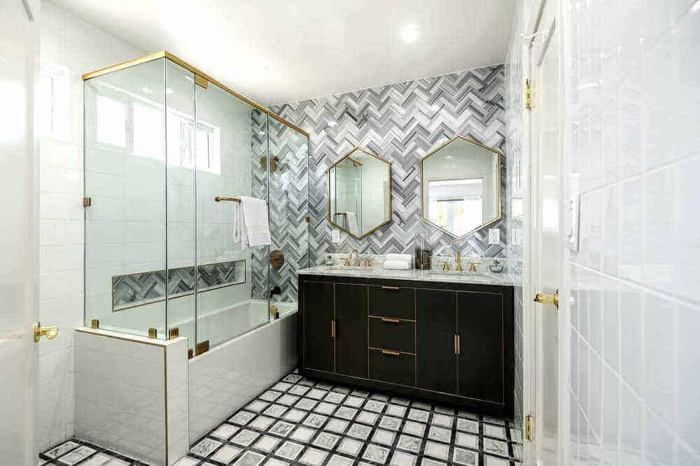 Dưới đây là phòng tắm cá nhân của phòng ngủ, có tường và sàn đầy phong cách, cùng với quầy bồn rửa đẹp và vòi sen và bồn tắm kết hợp