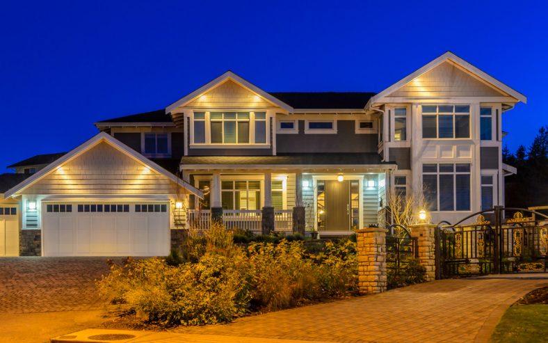 Front Home vào ban đêm được chiếu sáng với tất cả các loại đèn ngoài trời.