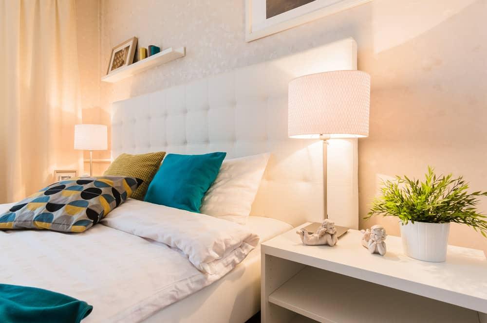 Phòng ngủ chính có đèn ngủ phù hợp