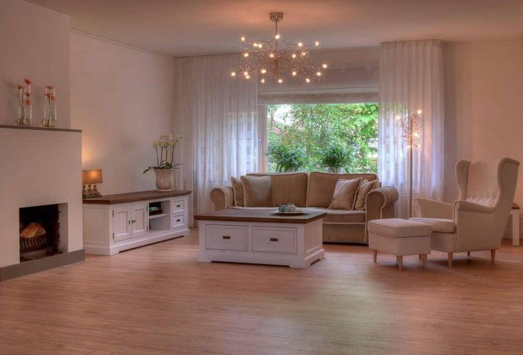 Phòng khách với đèn chùm Sputnik, đèn sàn và đèn bàn với ánh sáng dịu nhẹ.