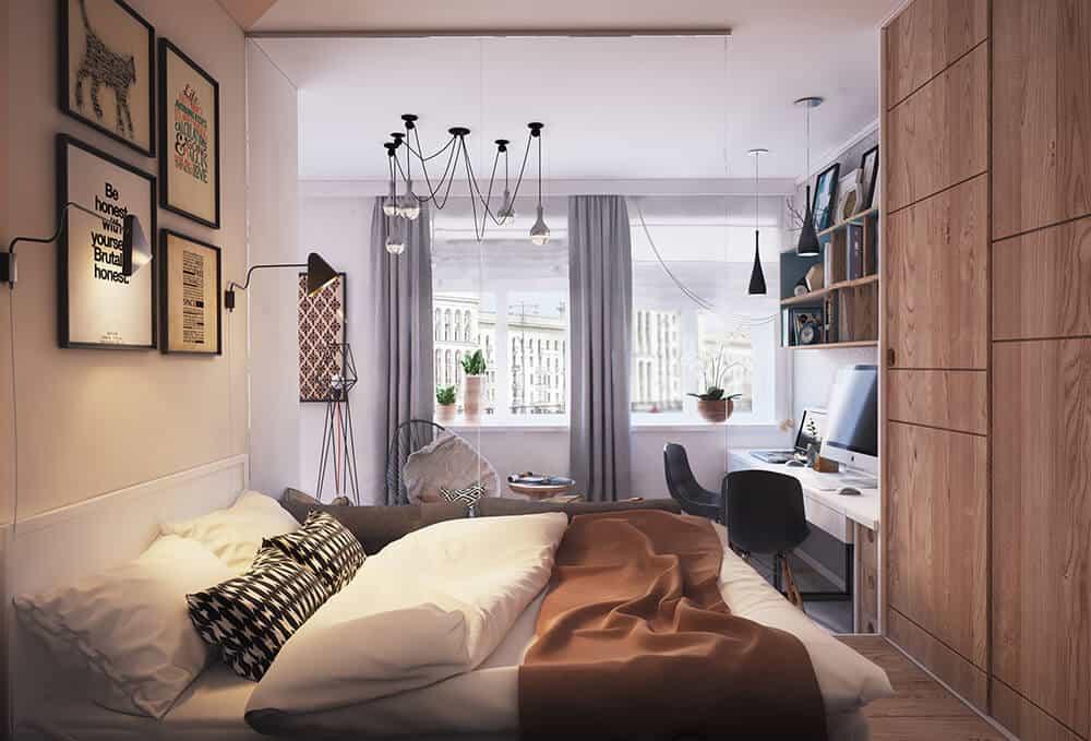 Phòng ngủ chính ấm cúng được thiết kế với đèn mặt dây nhện và khung phòng trưng bày cố định phía trên giường.  Phòng có bàn gỗ và tủ quần áo màu gỗ kết hợp với sàn gỗ cứng.