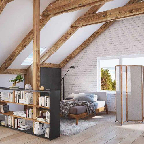 Dầm gỗ lộ ra cung cấp một sự tương phản bóng bẩy với trần vòm và tường gạch trắng trong phòng ngủ chính này. Nó có sàn ván rộng và cửa sổ bằng kính mang ánh sáng tự nhiên vào.