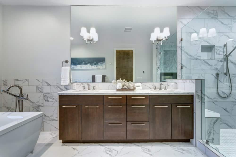Đèn tường phục vụ như đèn phòng tắm vanity.