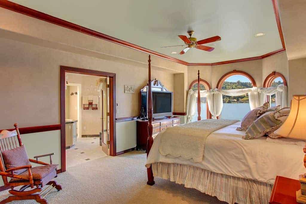 Phòng ngủ chính màu be được lót bằng gỗ gõ đỏ bổ sung cho bốn giường poster, tủ quần áo và ghế bành bằng gỗ. Nó có một quạt trần và các cửa sổ hình vòm được trang bị rèm cửa màu trắng.