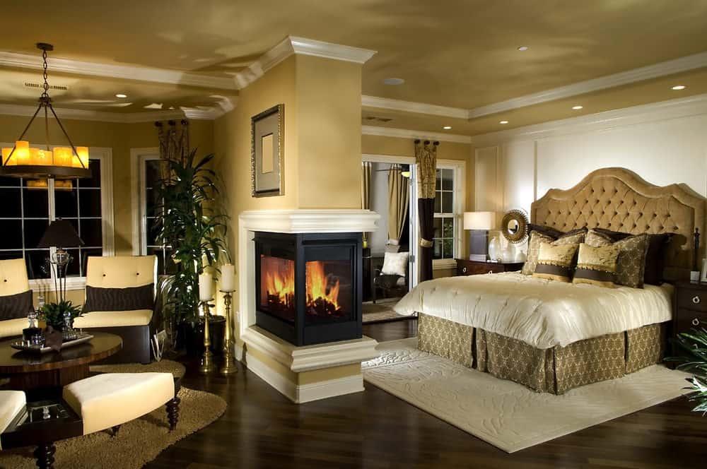 Phòng ngủ chính ấm áp với thảm ấm cúng và lò sưởi ba mặt đóng vai trò là một vách ngăn cho giường ngủ và khu vực tiếp khách.  Nó được chiếu sáng bởi một đèn chùm cổ điển và đèn trần lõm.