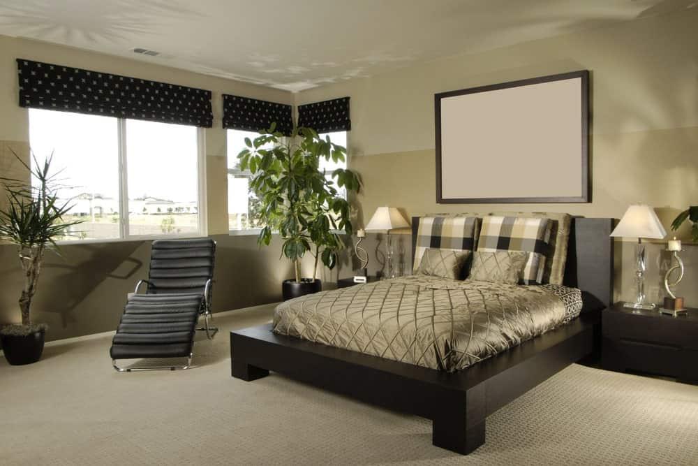 Phòng ngủ chính tươi mát với những bức tường ba tông màu và cửa sổ bằng kính phủ màu đen chấm bi. Nó bao gồm một ghế phòng chờ màu đen và giường nền được thắp sáng bởi đèn bàn kính.