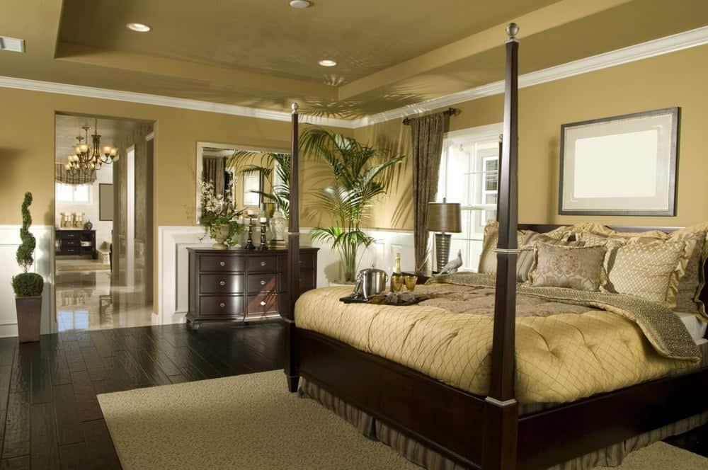Phòng ngủ màu be được trang bị tủ quần áo bằng gỗ tối màu và bốn giường poster nằm trên một tấm thảm có kết cấu. Nó có sàn ván rộng và trần khay gắn đèn chiếu sáng.