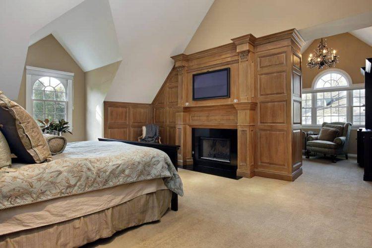 Phòng ngủ chính này tự hào có giường ngủ và khu vực tiếp khách phía sau lò sưởi được thắp sáng bởi đèn chùm nến tuyệt đẹp. Nó bao gồm một TV màn hình phẳng được trang bị trên bức tường ốp gỗ.