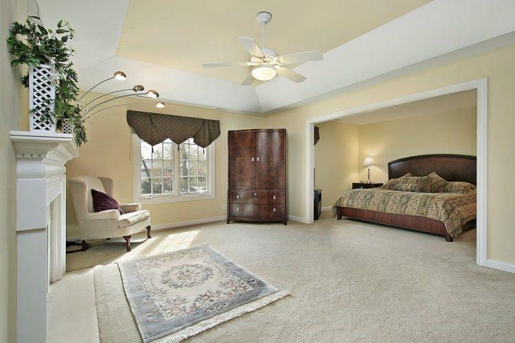 Phòng ngủ chính này trưng bày một chiếc giường gỗ và khu vực tiếp khách rộng rãi, đầy lò sưởi và ghế bành nhung.  Nó bao gồm một tấm thảm tua rua duyên dáng và quạt trần gắn trên trần khay.
