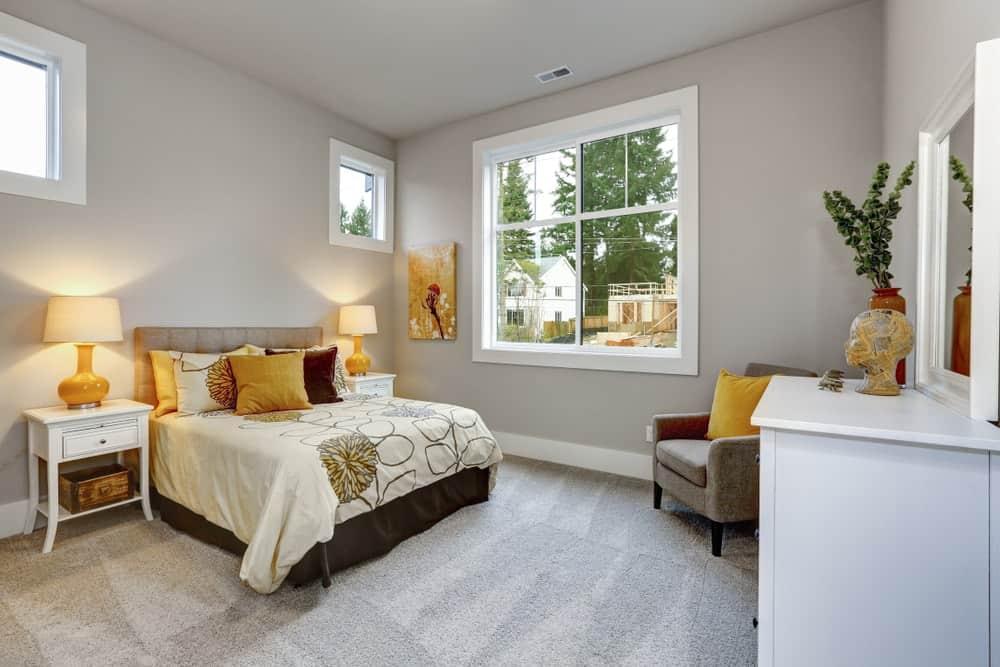 Một phòng ngủ ấm cúng với những bức tường màu xám.
