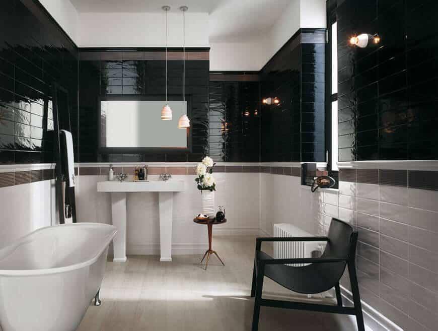 Phòng tắm có kích thước khiêm tốn này được lát gạch màu trắng, nâu và đen.  Nửa dưới của căn phòng có màu trắng, với một dải ngói màu nâu ngăn cách gạch đen với màu trắng.  Kết quả là một phòng tắm tuyệt đẹp, tinh xảo có khả năng chống nấm mốc và nấm mốc.