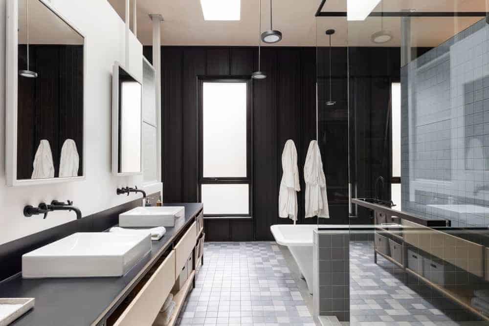 Phòng tắm hiện đại, vốn chỉ là một hương vị của ngôi nhà nông thôn yên bình, mát mẻ này. Đó là sự pha trộn giữa các vật liệu và màu sắc trong suốt. Có gỗ, kim loại và bê tông nhẹ.