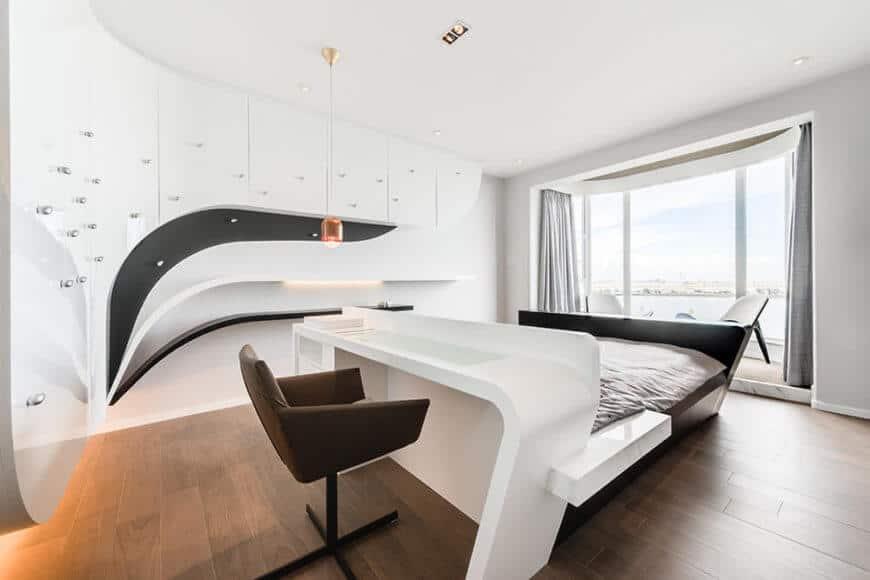 Phòng ngủ được trang bị tông màu đen trắng đơn giản và sử dụng một bộ các đường cong hữu cơ, mô phỏng luồng không khí, hướng tầm nhìn ra đại dương bên ngoài các cửa sổ lớn.