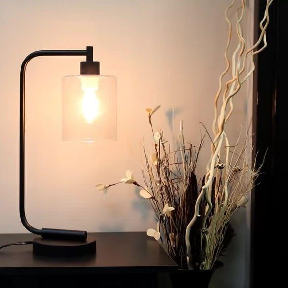 Đèn bàn với tính năng điều chỉnh độ sáng.