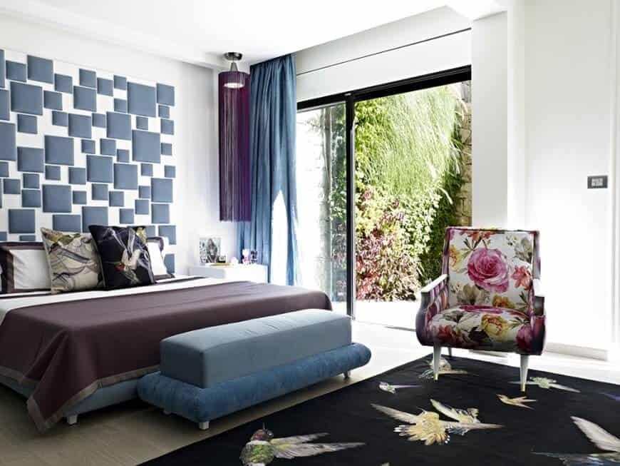 Phòng ngủ chính nổi bật với bức tường đầy phong cách và sàn nhà được phủ một lớp thảm duyên dáng. Phòng có giường ấm cúng và cửa trượt dẫn thẳng ra sân sau của nhà.
