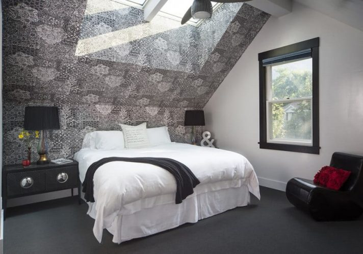 Phòng ngủ chính tự hào với một bức tường và trần màu xám sành điệu, cùng với sàn thảm màu xám đậm. Phòng có một chiếc giường màu trắng cùng với những chiếc bàn đầu giường màu đen đứng đầu bởi đèn bàn màu đen.