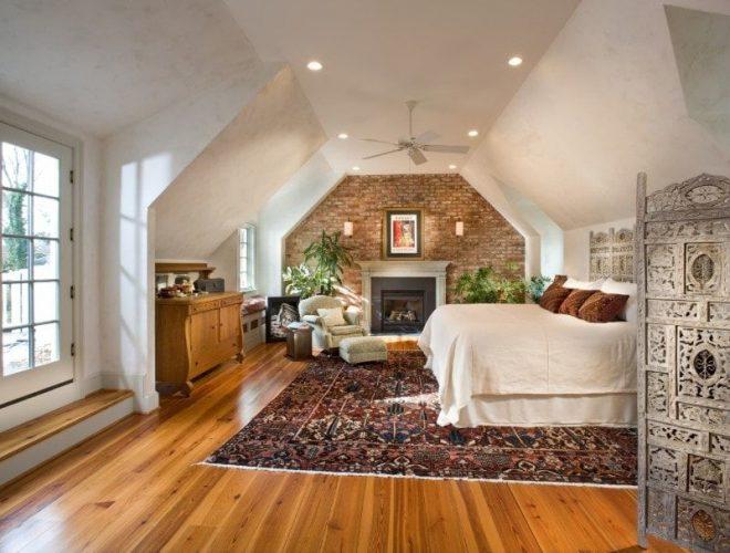 Phòng ngủ chính lớn có trần nhà và sàn gỗ cứng. Phòng có một chiếc giường thoải mái và lò sưởi. Phòng cũng có một tấm thảm diện tích lớn nơi đặt giường.