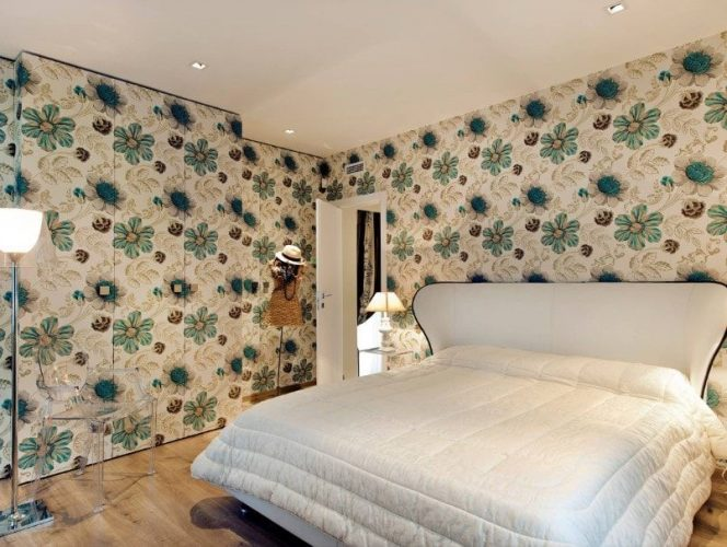 Phòng ngủ chính này tự hào có tường trang trí quyến rũ và sàn gỗ cứng. Nó cung cấp một chiếc giường lớn ấm cúng và có phòng tắm riêng.