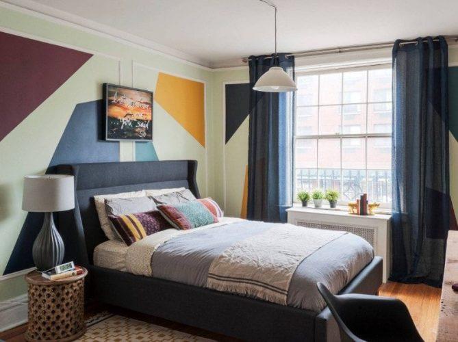 Phòng ngủ chính cung cấp một chiếc giường ấm cúng hiện đại được bao quanh bởi những bức tường đầy phong cách và được thắp sáng bởi một chiếc đèn treo.