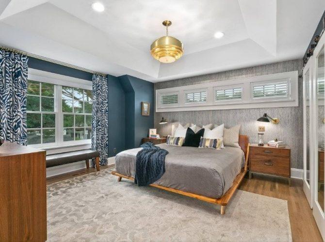 Phòng ngủ chính này cung cấp các bức tường phong cách và sàn gỗ cứng đứng đầu bởi một tấm thảm khu vực. Phòng có một chiếc giường ấm cúng được thắp sáng bởi một chiếc đèn treo bằng vàng tuyệt đẹp.
