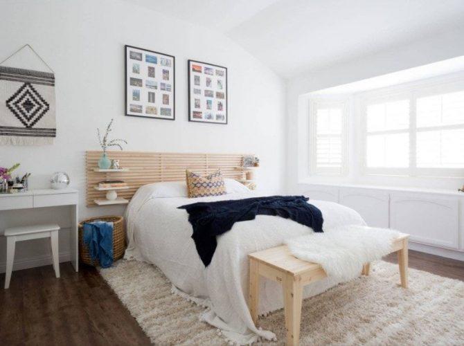 Một phòng ngủ chính kiểu Eclectic có tường và trần nhà màu trắng, cùng với sàn gỗ cứng được phủ bởi một tấm thảm khu vực tuyệt đẹp. Phòng có một chiếc giường thoải mái với kệ tích hợp ở cả hai bên.