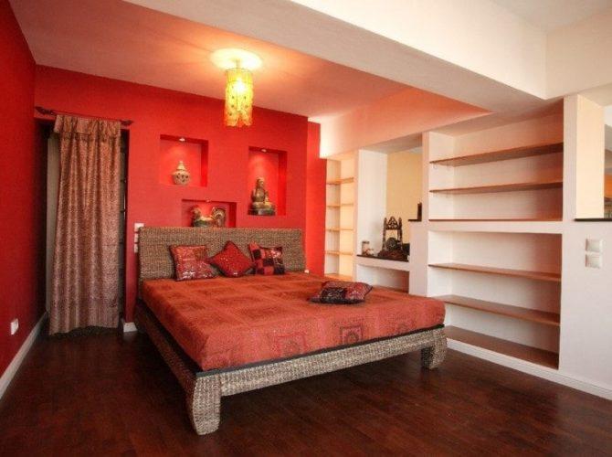 Phòng ngủ chính này có một chiếc giường thoải mái được bao quanh bởi những bức tường màu đỏ và trắng và được thắp sáng bởi một ánh sáng trần quyến rũ. Có nhiều kệ tích hợp cùng với một bàn làm việc tích hợp trong phòng.