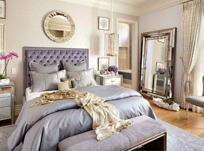 Phòng ngủ chính tự hào với thiết lập giường sang trọng cùng với một chiếc gương lớn ở bên cạnh. Phòng cũng có phòng tắm riêng.
