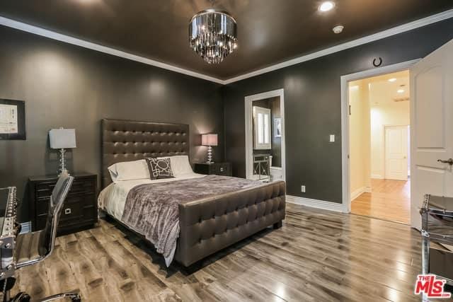 Phòng ngủ đáng yêu này có những bức tường màu đen và trần nhà có màu đen nổi bật với sự tương phản màu trắng.  Điều này sau đó được kết hợp với một chiếc giường trượt tuyết màu đen và một vài ngăn kéo đầu giường màu đen.