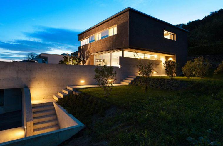 Hình ảnh các bước ngoài trời được chiếu sáng vào ban đêm.