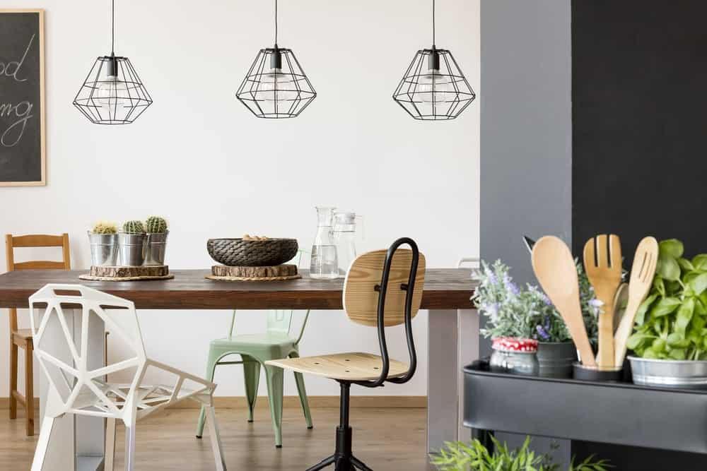 Một bộ ba đèn treo treo phía trên bàn ăn.