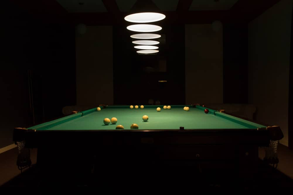 Mặt dây đèn chiếu sáng trên bàn bi-a.