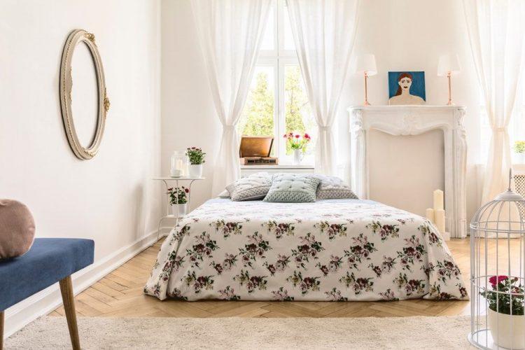 Một shot tập trung vào bộ giường tuyệt đẹp của phòng ngủ chính Eclectic này được bao quanh bởi những bức tường trắng và rèm cửa sổ màu trắng đáng yêu.