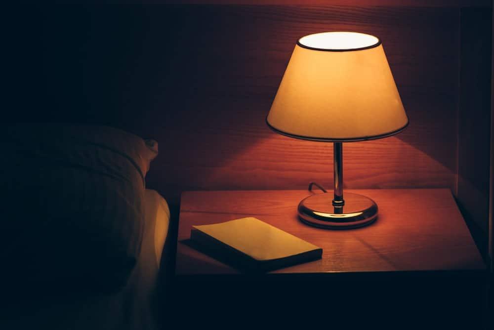 Đèn bàn trên bàn cạnh giường ngủ.