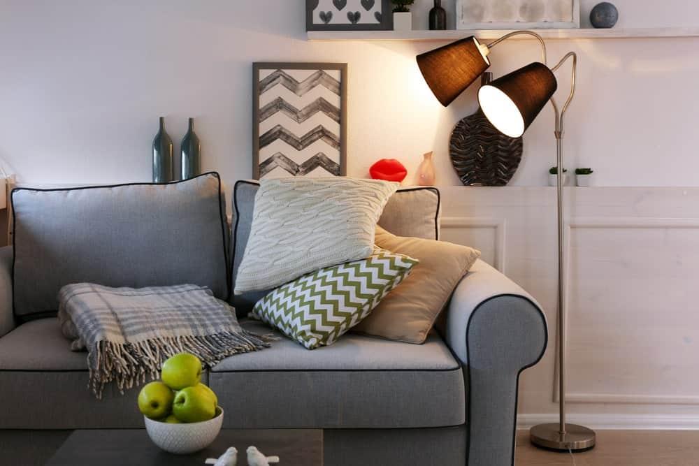 Đèn sàn bên cạnh ghế sofa để chiếu sáng nhiệm vụ.