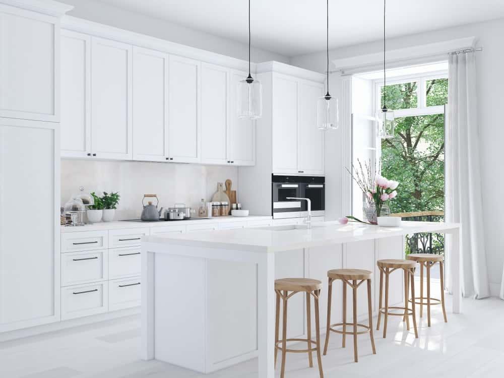 Một nhà bếp màu trắng đẹp và tươi sáng.