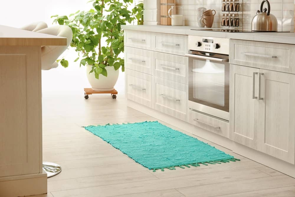 Một nhà bếp với gạch lát sàn nhẹ được bổ sung bởi tấm thảm màu pastel.