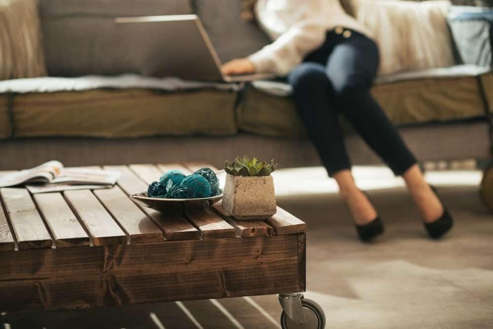 Cận cảnh bàn cà phê bằng gỗ mộc mạc có bánh xe.