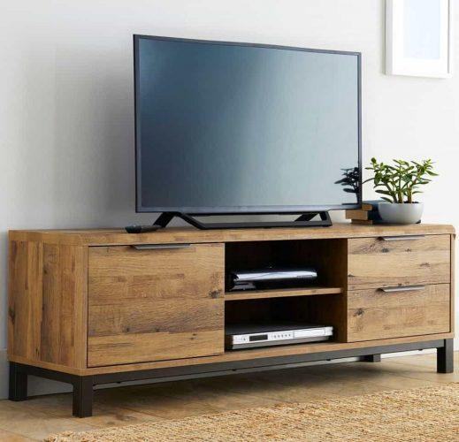 Cận cảnh hệ thống giải trí trên tủ TV bằng gỗ, gọn gàng mà không cần dây cáp nào trong tầm nhìn.