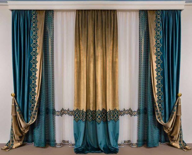 Một bộ rèm cửa hoa văn màu xanh lá cây và vàng đẹp.