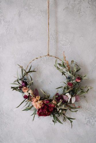 Một bộ hoa khô được sắp xếp trên một vật trang trí treo trang trí hình tròn.
