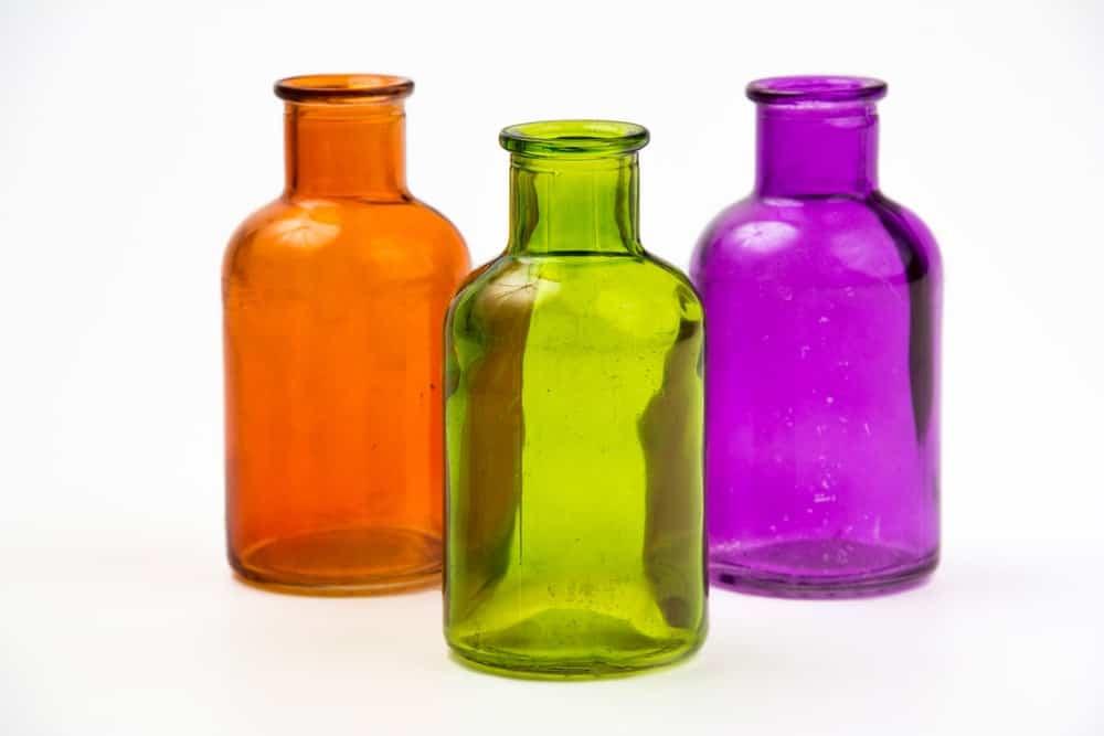 Một bộ ba chai thủy tinh trang trí đầy màu sắc.