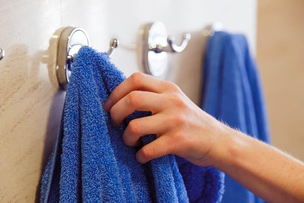 Cận cảnh móc treo khăn sang trọng trên tường phòng tắm.